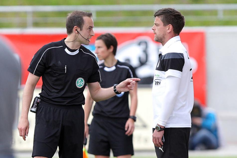 FSV-Coach Torsten Ziegner (r.) war  selten einer Meinung mit Schiri Patrick Alt .