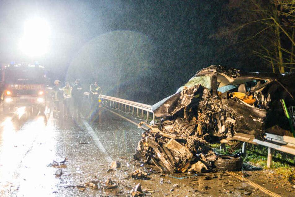 Das Fahrzeugwrack zeigt, wie heftig der Frontal-Zusammenstoß gewesen sein muss.