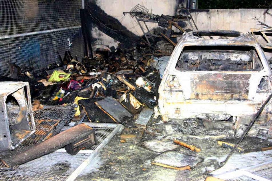 Ein Auto und ein nebenstehender Hausrat wurden komplett vernichtet.