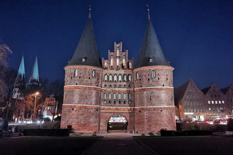 Das Holstentor ist das Wahrzeichen von Lübeck.