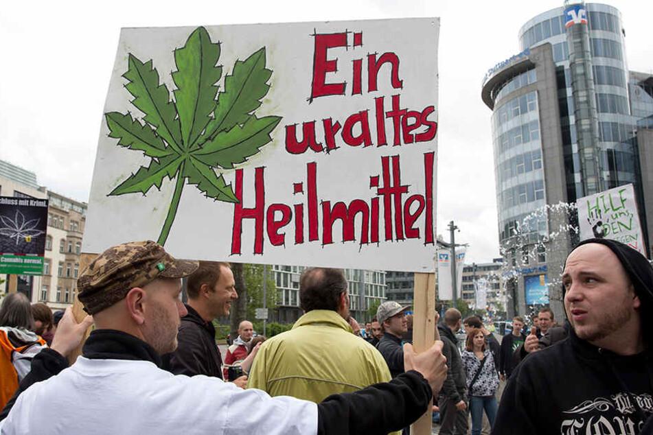 """Am 6. Mai ist der """"Global Marijuana March"""". Auch in den vergangenen Jahren gingen Marihuana-Befürworter auf die Straße. Im Bild: Der Stuttgarter Hanf-Marsch 2015."""