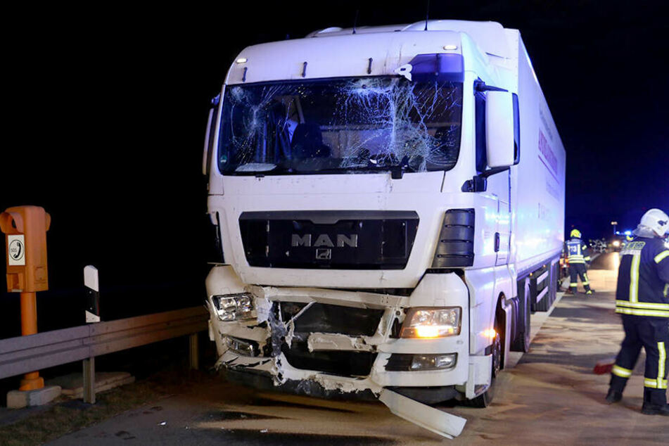 Die entstandenen Schäden waren so heftig, dass beide Laster nach dem Crash abgeschleppt werden mussten.
