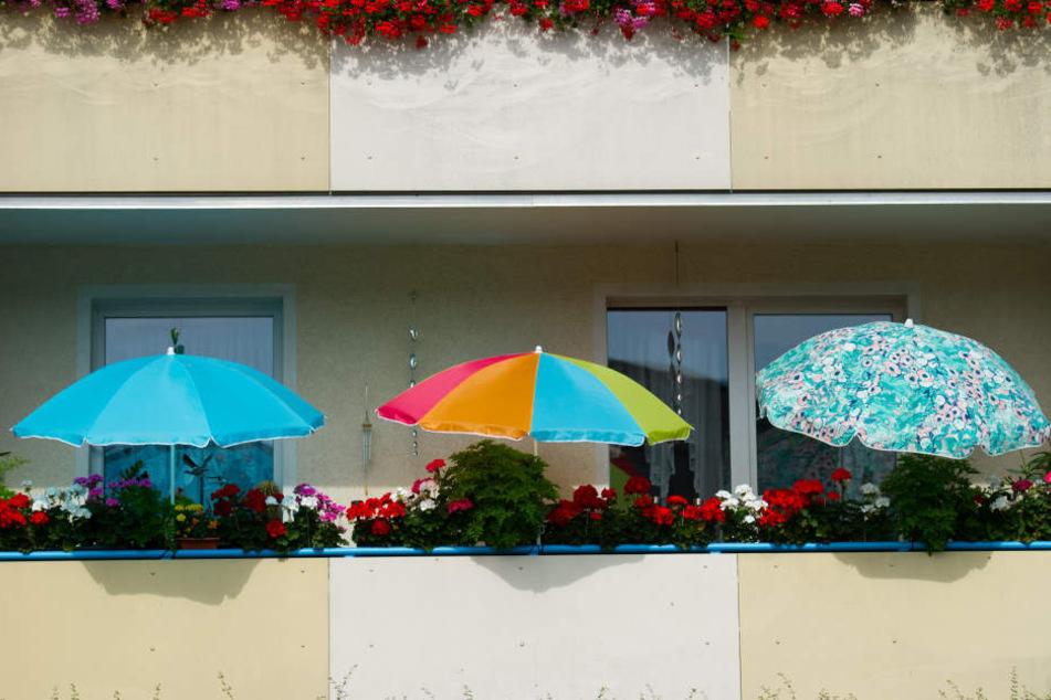Gebäude sollten mit Markisen vor der Sonne geschützt werden. (Symbolbild)