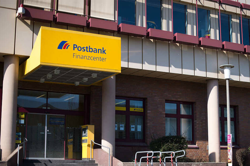 Der bewaffnete Mann soll in eine Filiale der Postbank gestürmt sein. (Symbolbild)