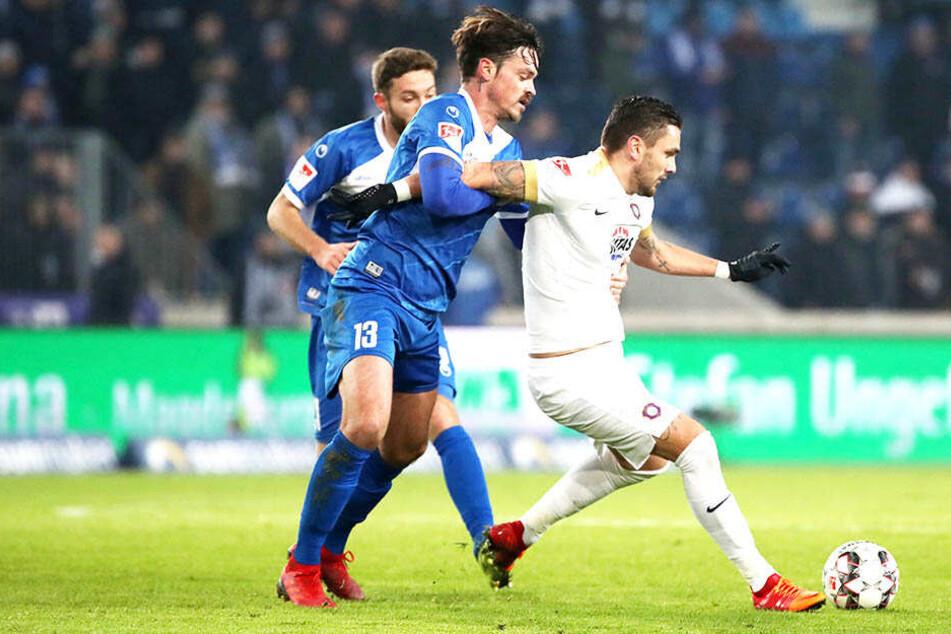 Wie erwartet, standen sich Pascal Testroet (am Ball) und Magdeburgs Dennis Erdmann in packenden Zweikämpfen gegenüber.