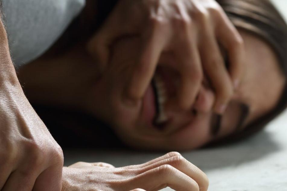 Der Täter bedrohte die Frau während der Tat mit einem Messer. (Symbolbild)
