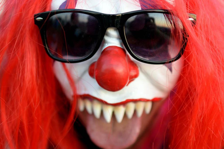 Beide Täter sollen Clownsmasken mit roten Haaren getragen haben. (Symbolbild)