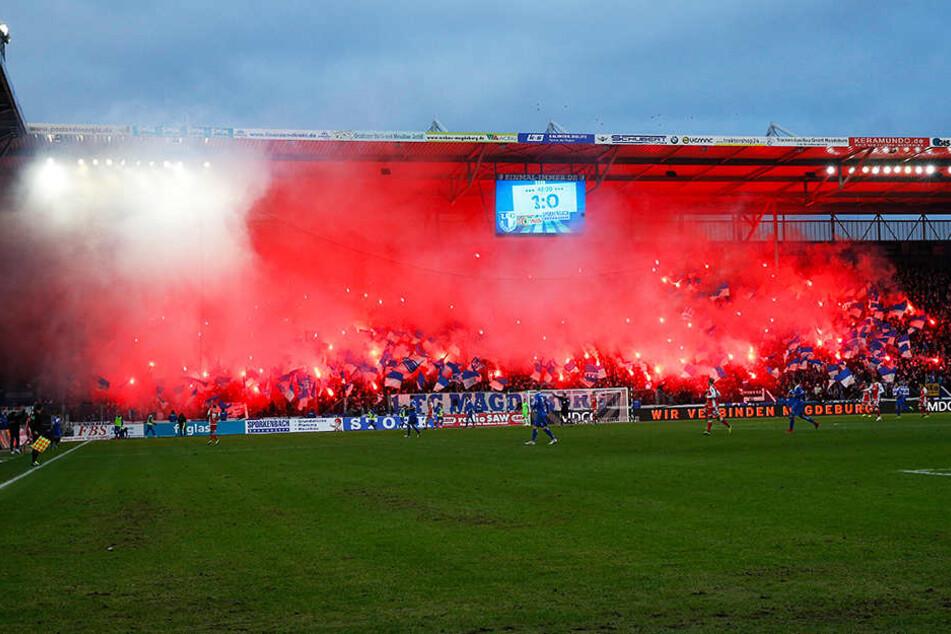 Zu Beginn der zweiten Halbzeit zündelten die Magdeburger Fans ordentlich bengalische Fackeln ab.