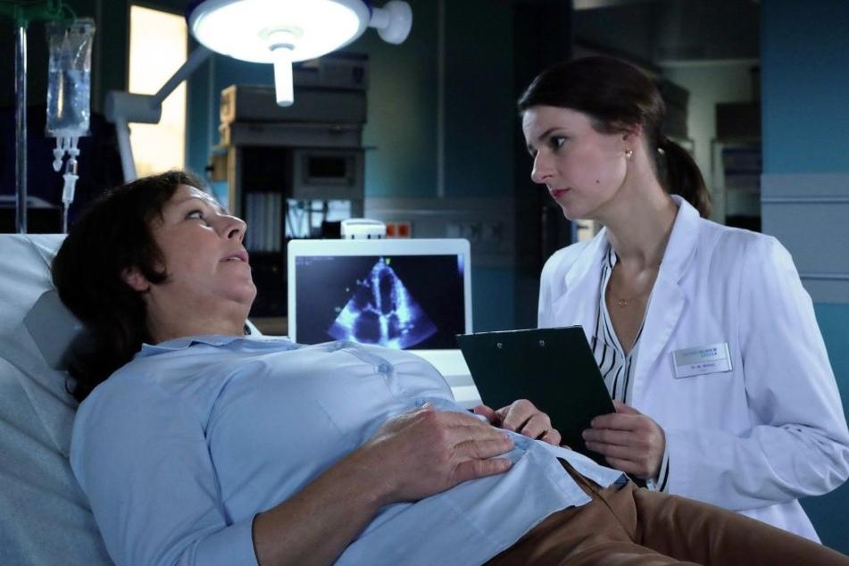 Erst am 8. Januar kann sich Sachsenklinik-Ärztin Dr. Maria Weber (r.) um Patientin Brigitte Felbers kümmern.