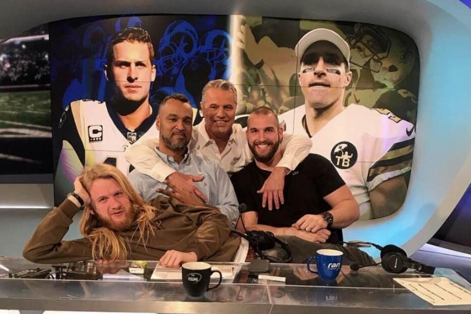 """Beim 53. Super Bowl werden Experte Patrick Esume (l.),Moderator Jan Stecker (m.), Ex-NFL-Profi Björn Werner (l.) und Netman """"Icke"""" (liegend) für die passende Untermalung sorgen."""