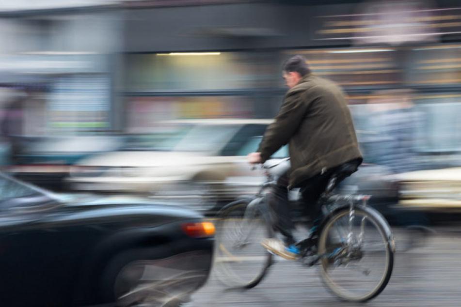 Ein Autofahrer hat an einer Kreuzung in Leipzig einen Radfahrer übersehen und diesen gegen einen anderen Pkw geschleudert.