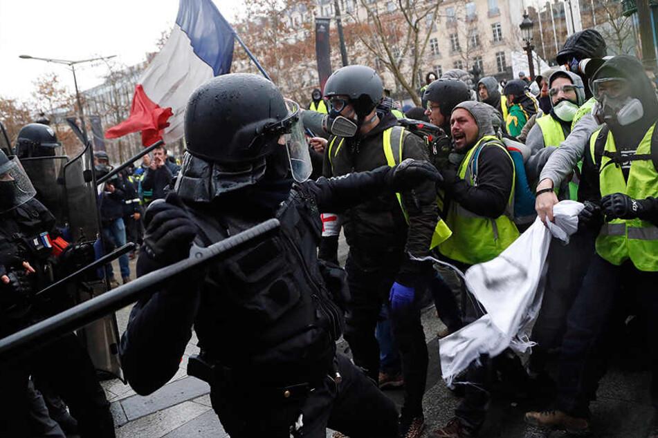 """Panzer und Tränengas: Polizei in Paris greift gegen """"Gelbwesten"""" hart durch"""
