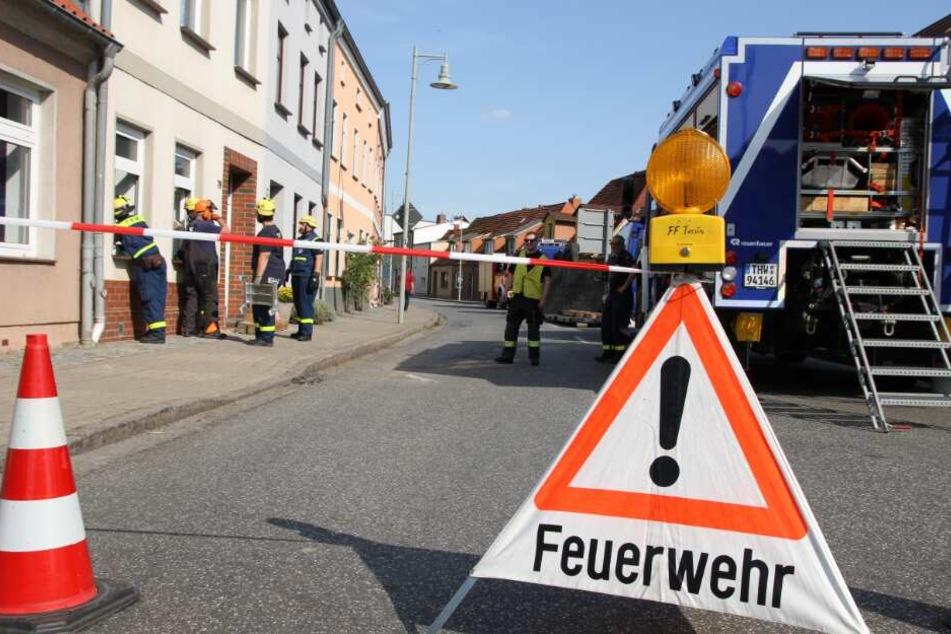 Traktor-Fahrer verliert Kontrolle und kracht in Haus: Evakuierung!