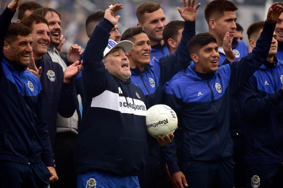 Schon zu seiner Vorstellung im September 2019 gab es irre Szenen zu beobachten. Nun sitzt Diego Maradona gar auf einem Thron.