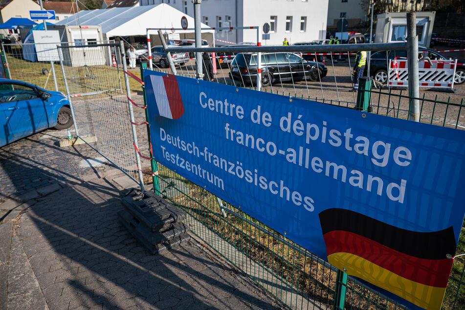 Autos passieren das deutsch-französische Corona-Testzentrum am Grenzübergang Goldene Bremm. Seit Anfang März gilt das Departement Moselle offiziell als Virusvariantengebiet. Wer die Grenze überqueren will, muss einen negativen Test vorlegen können.