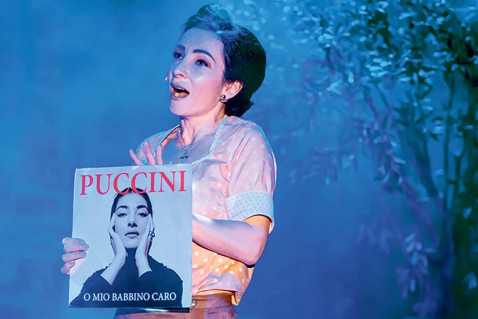"""Sopranistin Karina Schwarz überrascht das Publikum im Boulevardtheater-Stück """"Azzurro"""" mit einer Puccini-Arie."""