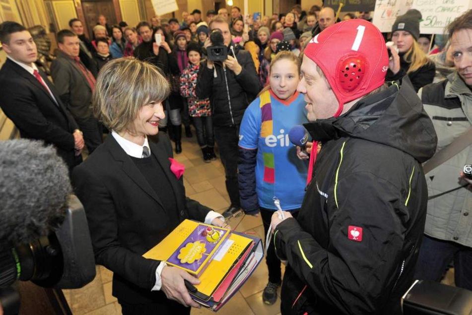 Thomas Ebell (54) vom Chemnitzer Schwimmclub übergibt OB Barbara Ludwig (55,  SPD) die Petition mit 13 263 Unterschriften.