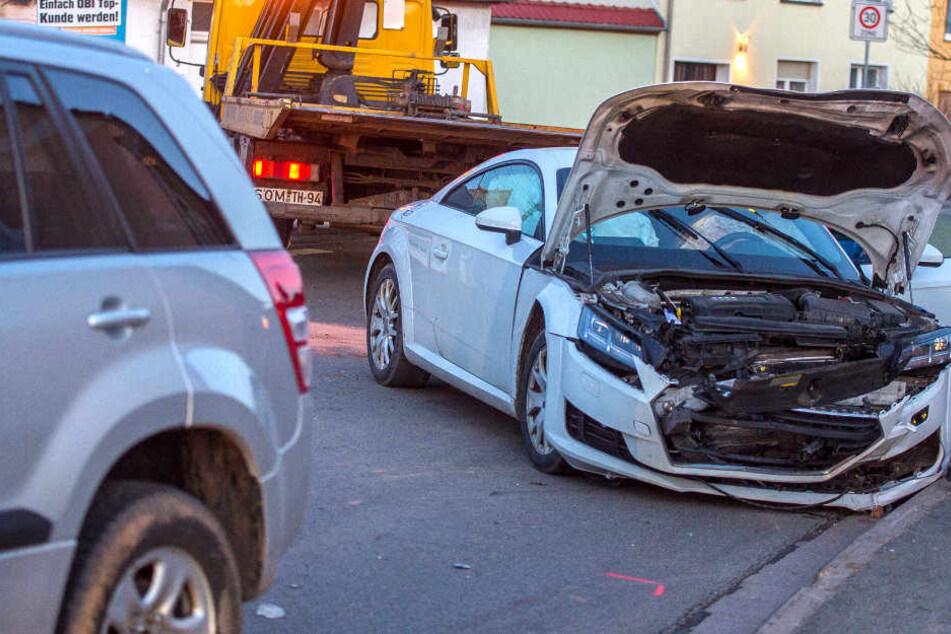 Beide Fahrzeugen wurden bei dem Unfall schwer beschädigt.