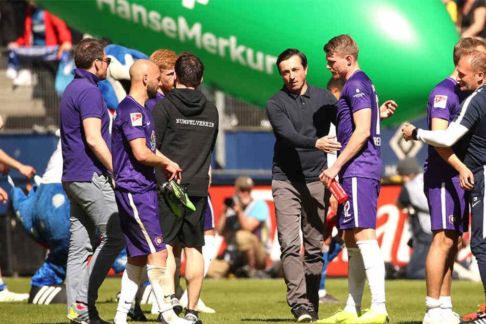 FCE-Trainer Daniel Meyer (M.) freute sich mit Steve Breitkreuz und seinen Spielern über den Punktgewinn beim großen HSV.