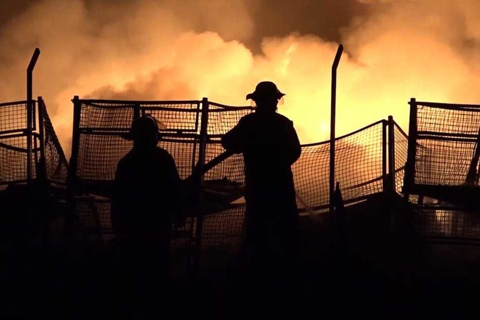 Heftiges Feuer! Kunststofffabrik brennt über Stunden nieder