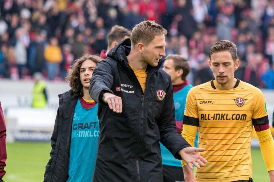 Gesprächsbedarf: Kapitän Marco Hartmann diskutiert nach dem 1:3 in Stuttgart mit seinem Stellvertreter Jannik Müller (r.).