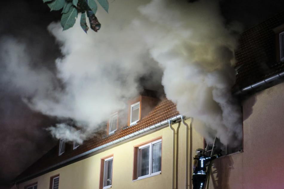 Verheerendes Feuer im Erzgebirge: Leiche in Brand-Wohnung gefunden