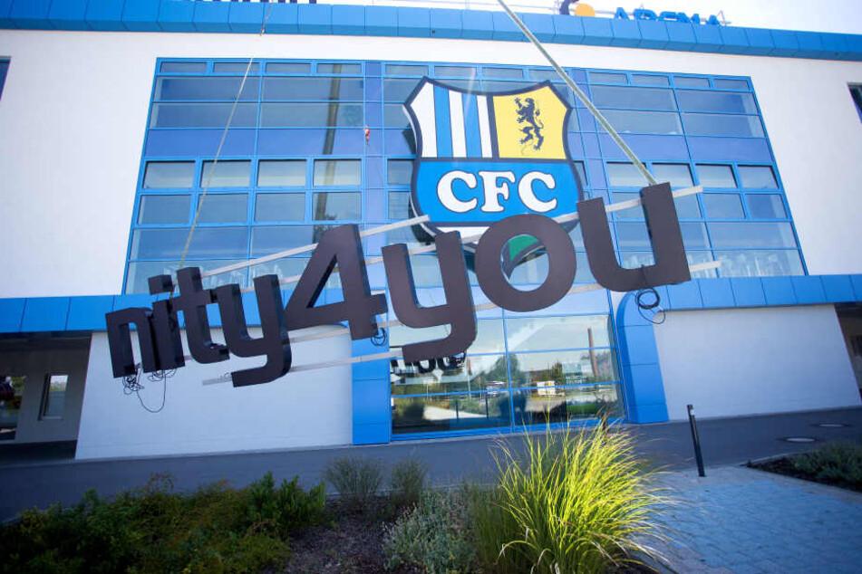 Am Mittwochvormittag rückte der Bautrupp an und demontierte den Sponsoren-Schriftzug vom 27 Millionen Euro teuren Fußballtempel.