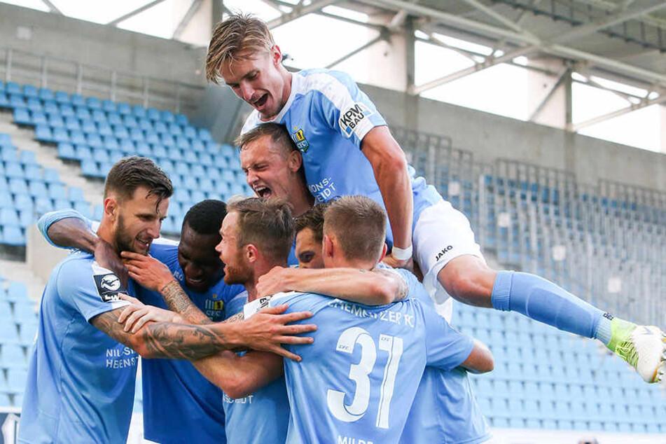 Riesen-Freude bei den CFC-Akteuren! Dejan Bozic bejubelt mit Teamkollegen seinen 2:1-Führungstreffer gegen den SV Meppen.