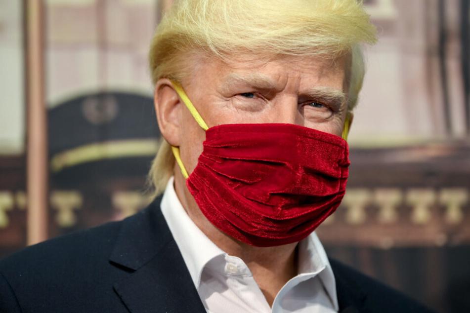 Die Wachsfigur des US-Präsidenten Donald Trump trägt einen Mund-Nasen-Schutz im Madame Tussauds Berlin.