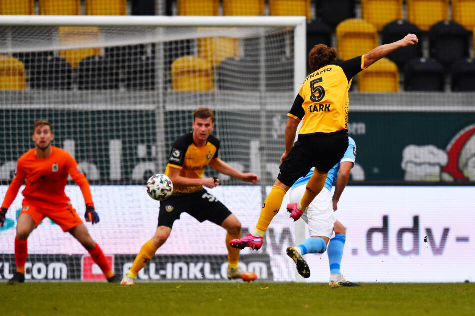 Der 1:1-Ausgleich für Dynamo Dresden! Yannick Stark (2.v.r.) zieht ab und trifft in die linke Ecke.