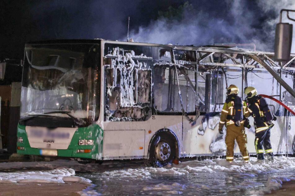 In der Nacht zu Dienstag brannte ein Linienbus in Marsdorf aus.
