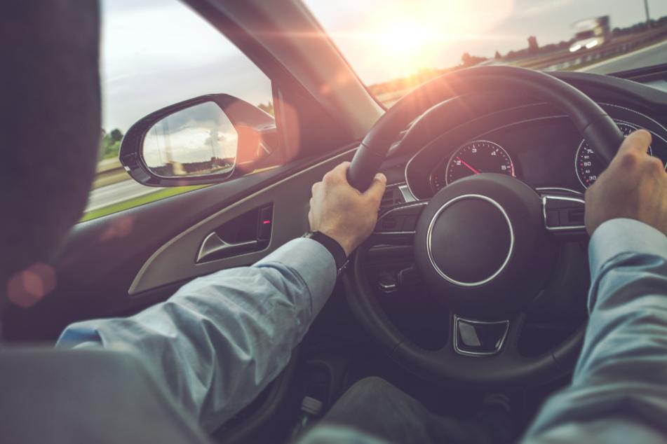 Verbotenes Autorennen, dann findet Polizei Waffe auf dem Beifahrersitz