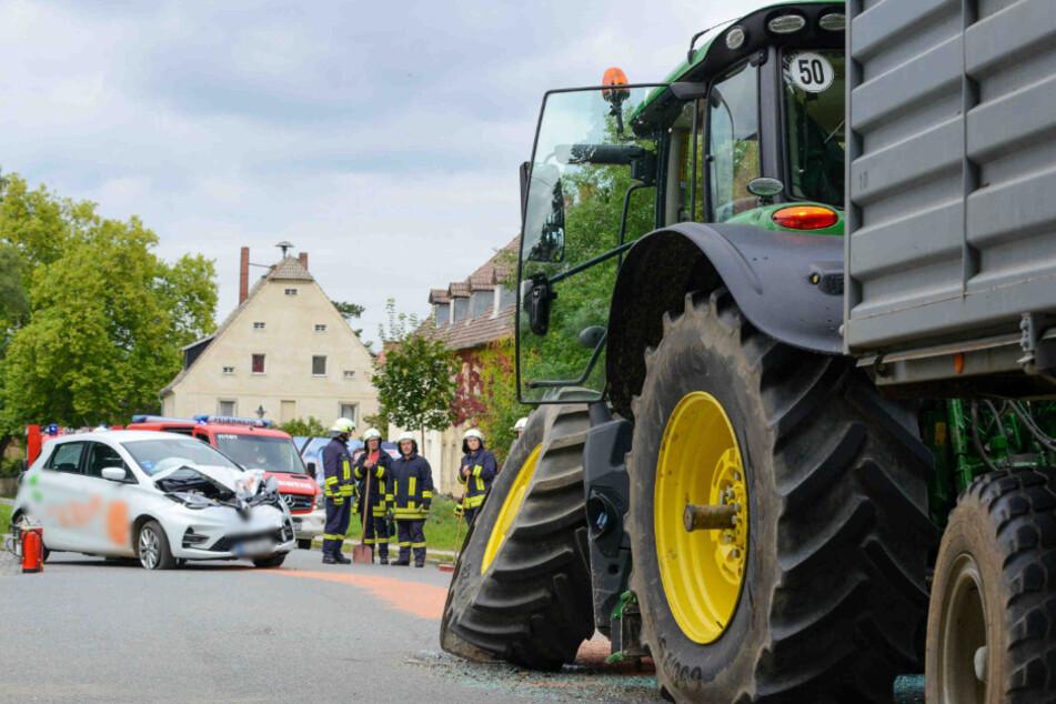 Ein weißer Renault und ein Traktor sind am Samstagnachmittag kollidiert.