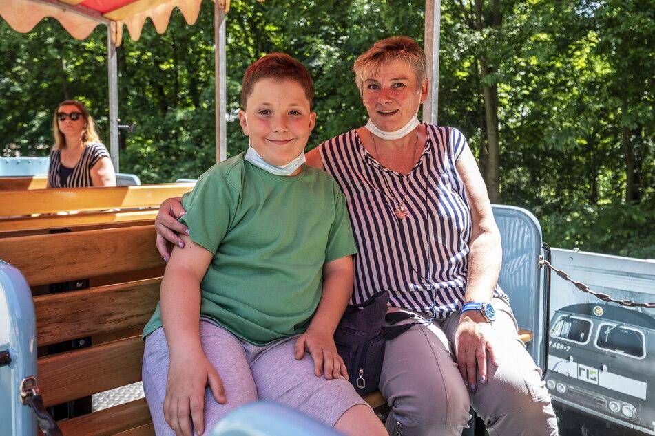 Zufriedene Gesichter bei Louis Klieber (10) und Oma Angelika Grande - sie gehörten zu den ersten Fahrgästen der Saison.