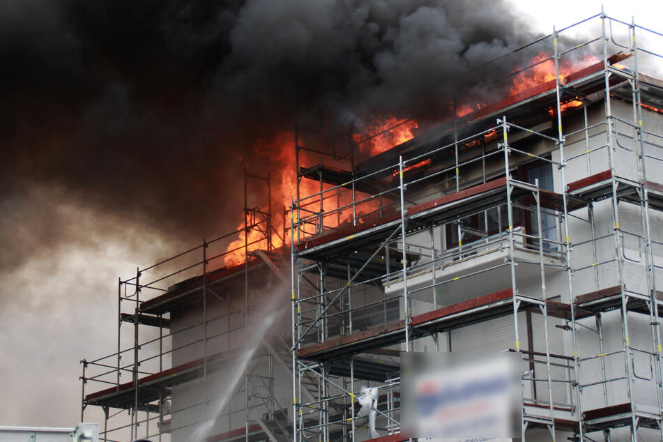 Vor dem Ausbrechen des Feuers hatten Handwerkerarbeiten auf dem Dach des Mehrfamilienhauses stattgefunden.