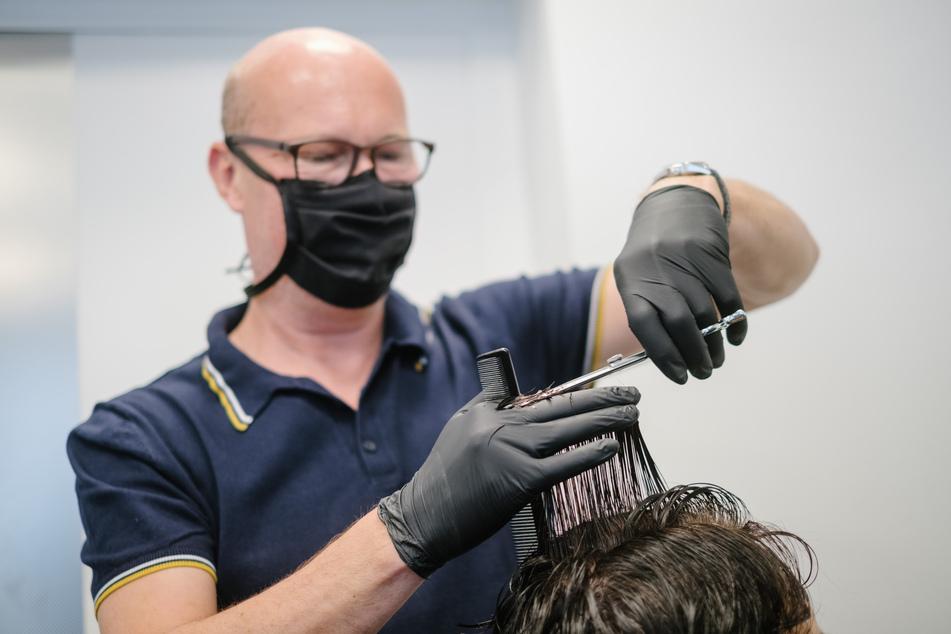 Friseure müssen sich jetzt an strenge Vorschriften halten.