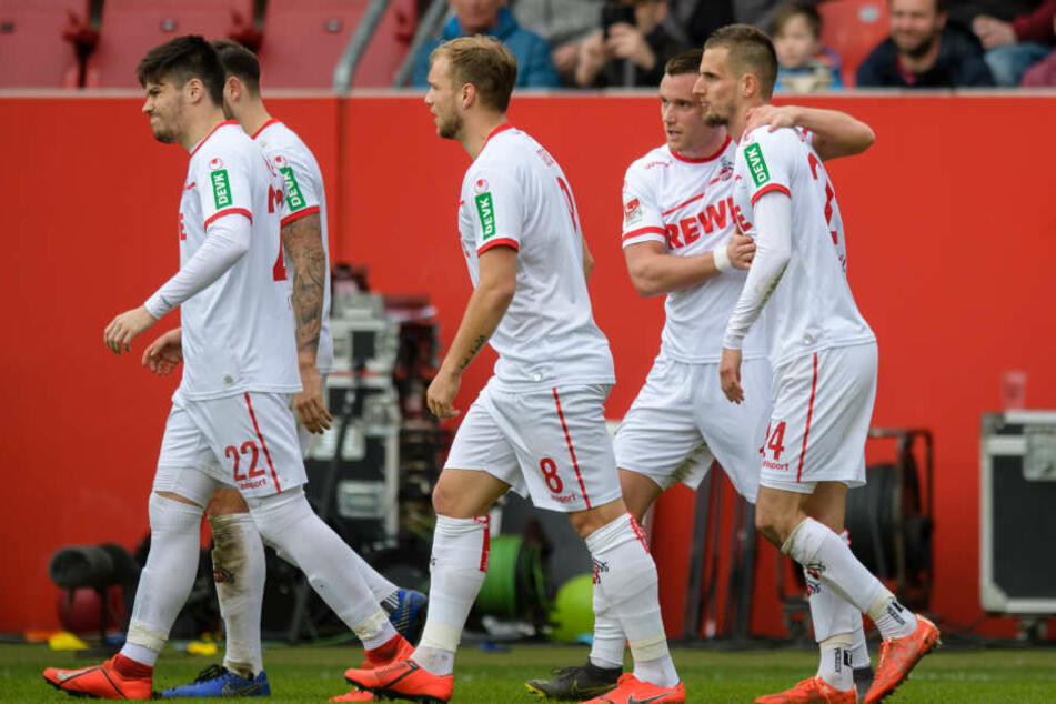 Die Kölner Spieler freuen sich mit Torschütze Dominick Drexler (r.).