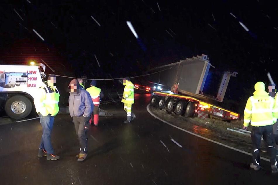 In der Nacht zum Freitag geriet ein Schwerlasttransport im Salzlandkreis auf das Bankett neben der Autobahnzufahrt.