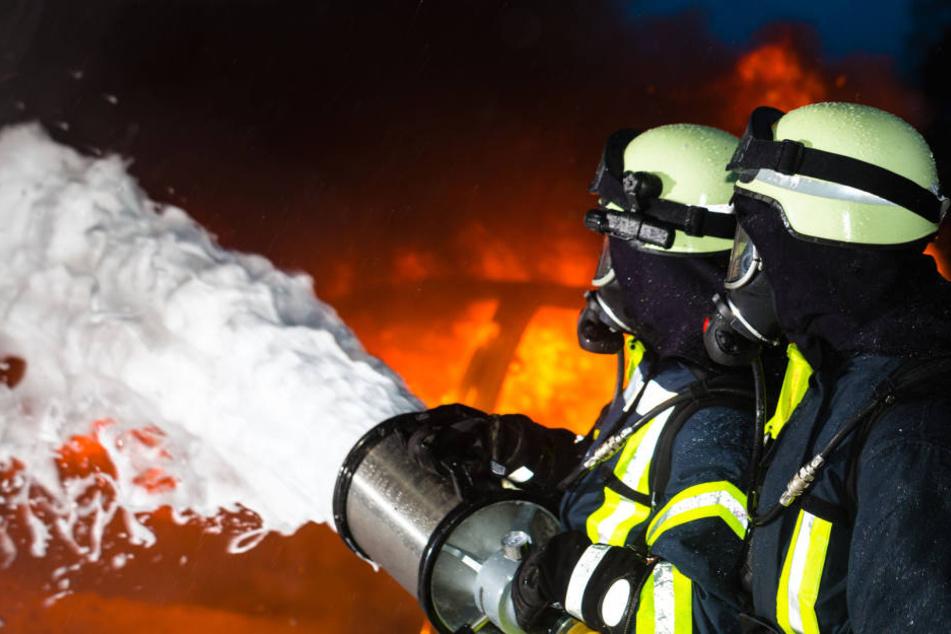 Die eingesetzten Feuerwehrleute konnten das Ausbrennen der leerstehenden Wohnung nicht verhindern (Symbolbild).