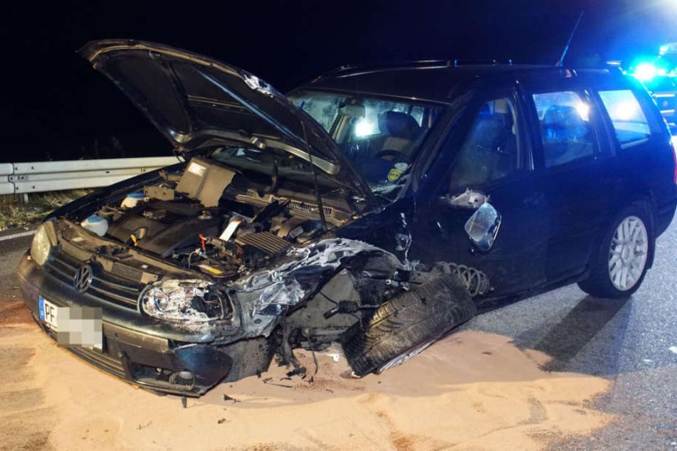 Der 55 Jahre alte Fahrer dieses VW geriet auf die Gegenfahrbahn.