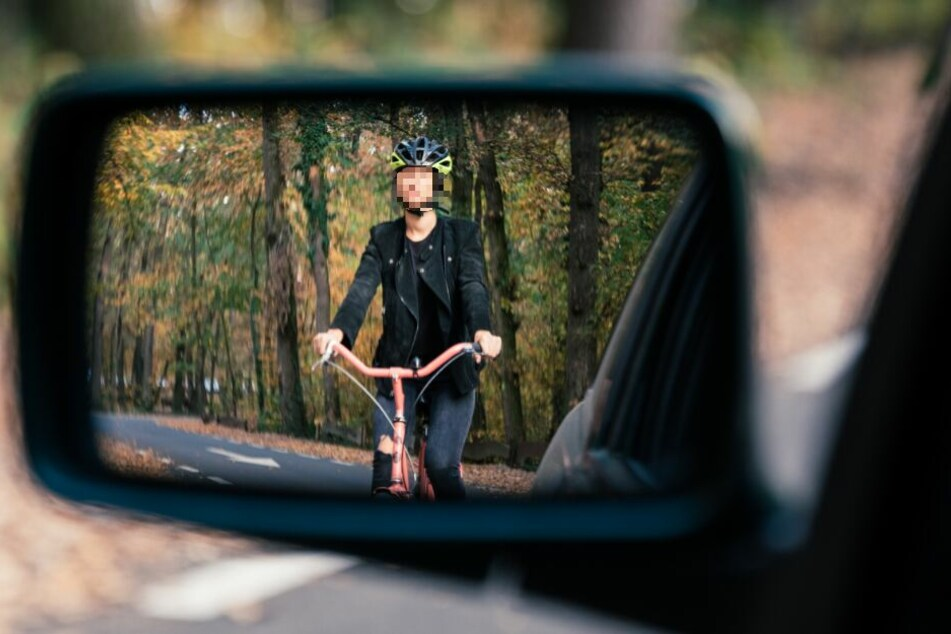 Gefährliches Manöver: Autofahrer überholt auf dem Radweg