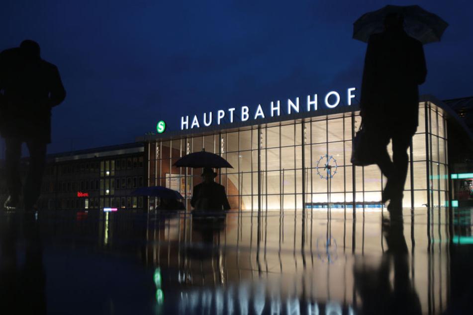 Eine Schaffnerin hat am Kölner Hauptbahnhof einen Mann aus einem anfahrenden Zug gestoßen.