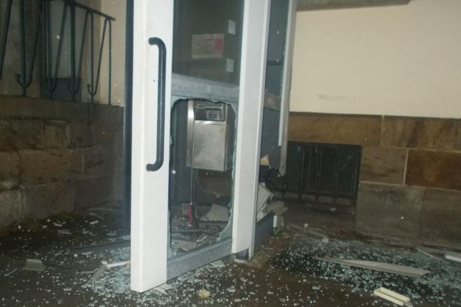 Durch die Detonation wurde die Telefonzelle ziemlich mitgenommen.