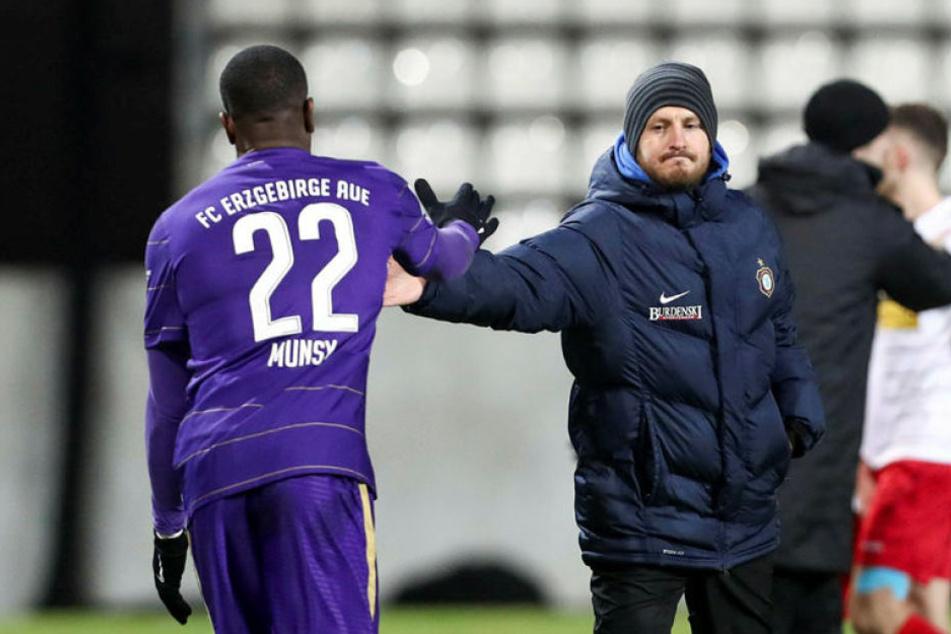 FCE-Coach Hannes Drews (rl.) klatscht mit Ridge Munsy ab.