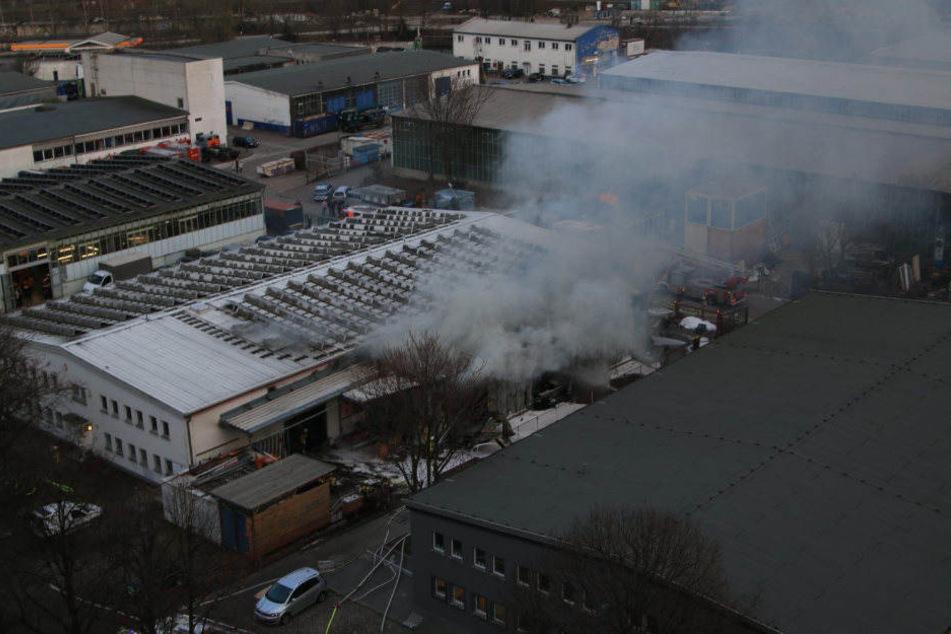 Eine dichte Rauchwolke steigt über der Lagerhalle in Lichtenberg auf.