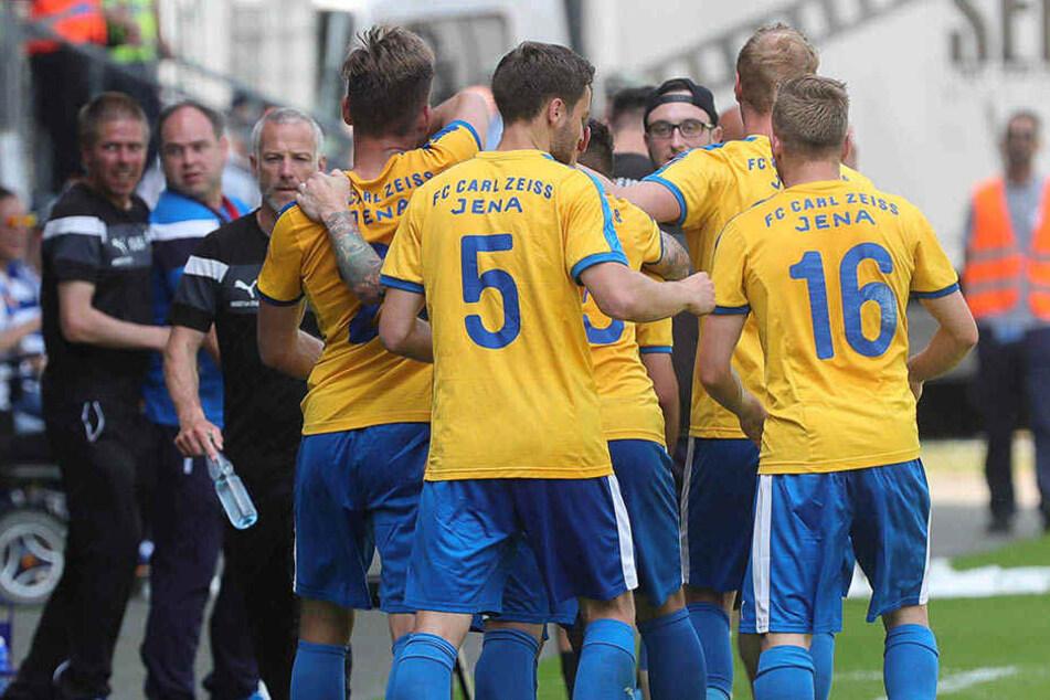 Die Jenaer Spieler bejubeln den Treffer zum 2:0 durch Firat Sucsuz.