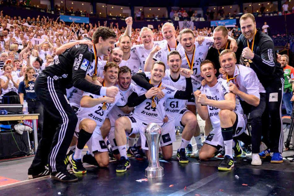 Die Kieler Mannschaft feiert den Pokalsieg.