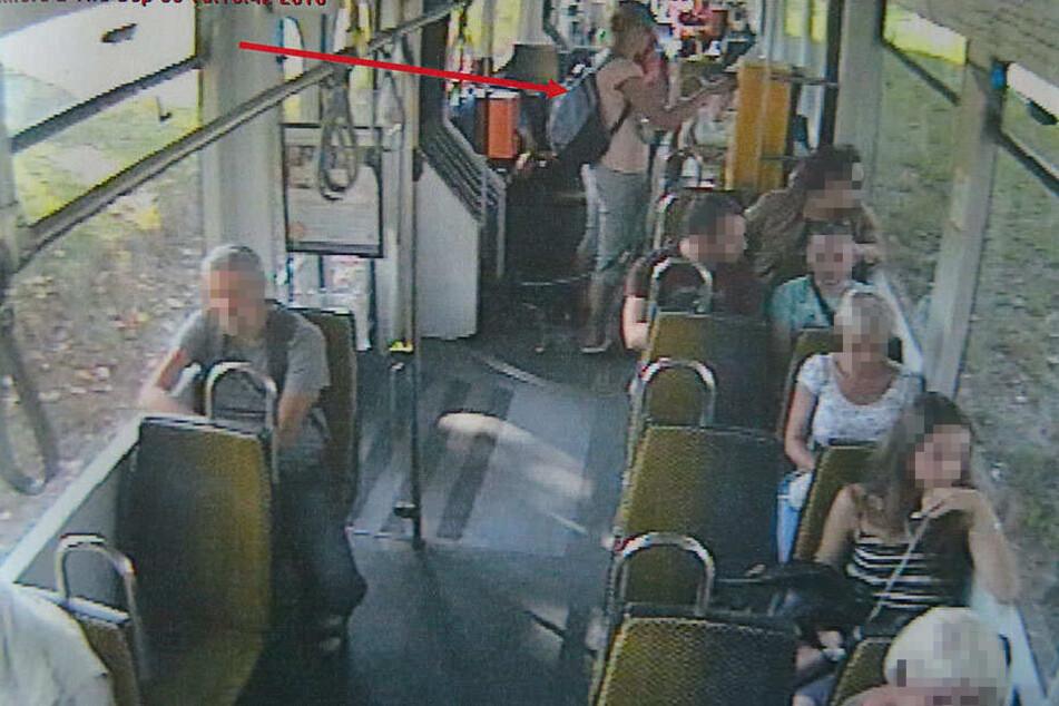 Beweisfoto: Die Überwachungskamera der Linie 4 zeigt, wie Simone S. (31) am Automaten hantiert.