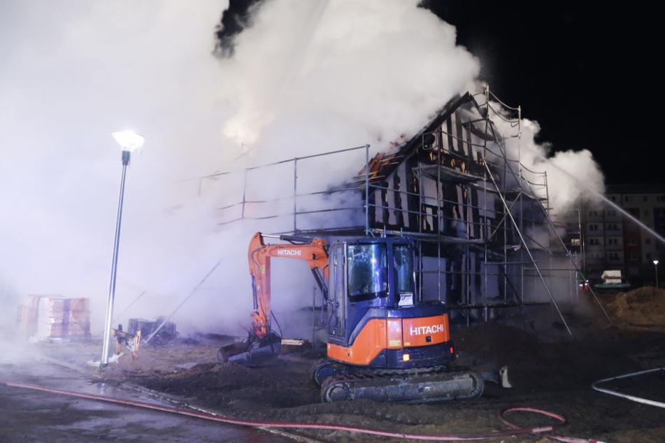 Ein im Rohbau befindliches Einfamilienhaus in Coswig ist in der Nacht zu Dienstag in Flammen ausgebrochen.