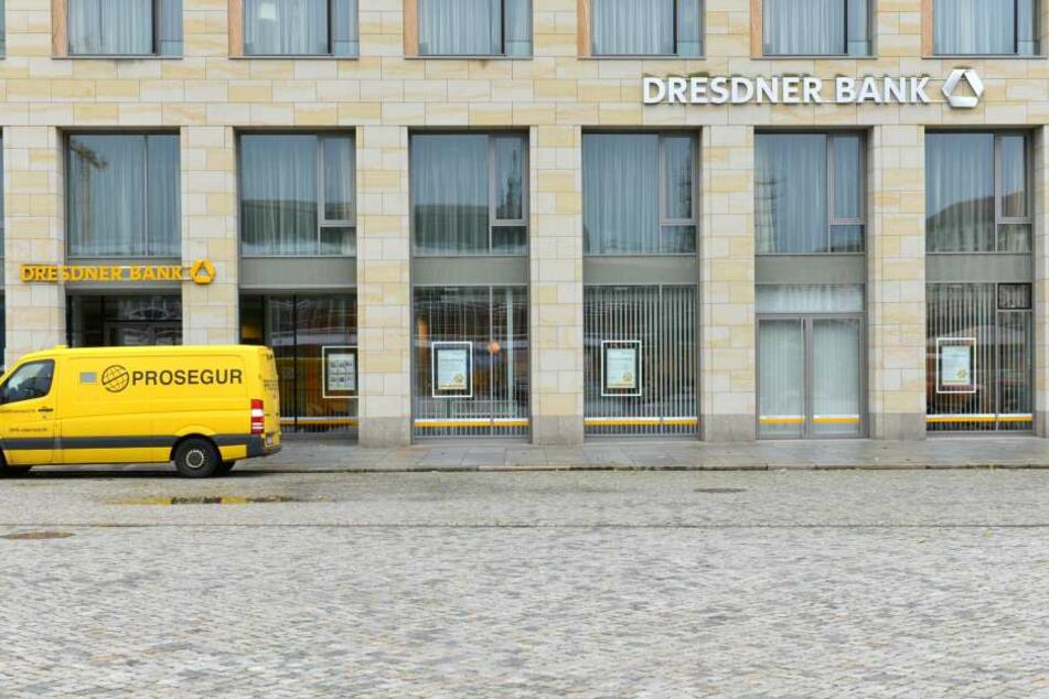 "Bis zum 10. November bleibt die ""Dresdner Bank""-Filiale am Altmarkt geschlossen."
